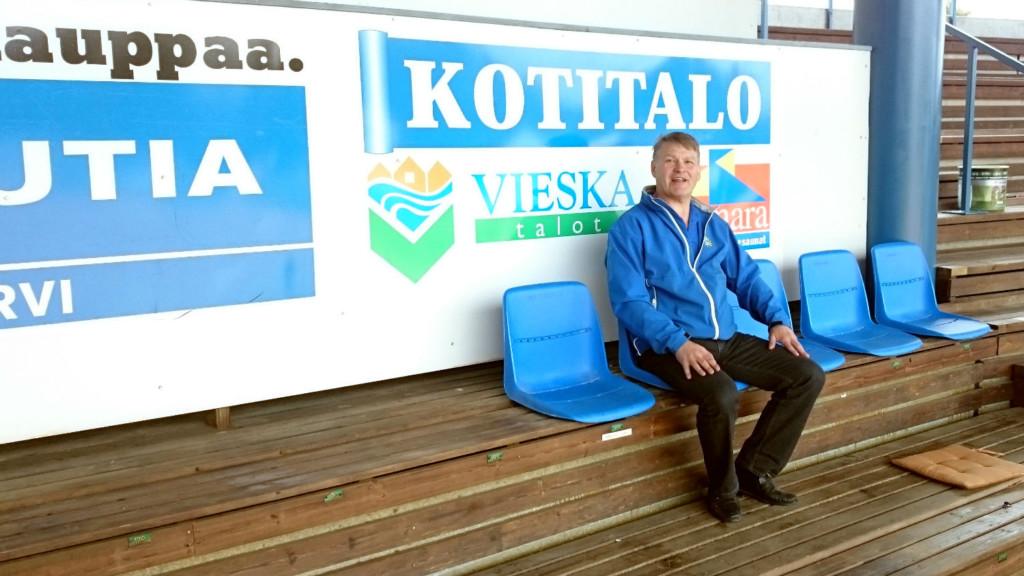 Jarmo Seppälä testaa tuolia ja mukavahan siinä on istua.