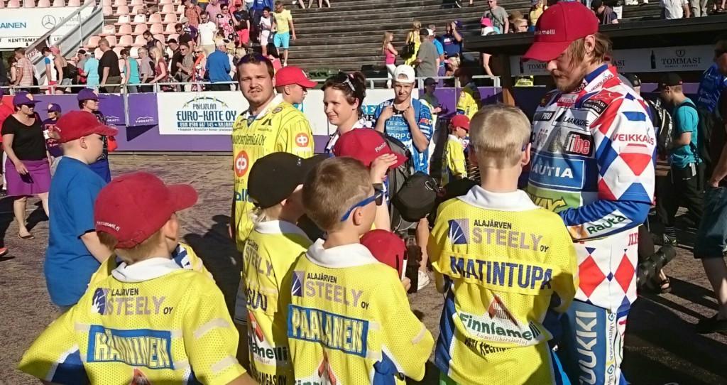 Sami Mikkolanahon nimmarit kelpasivat pelinjälkeen Ankkuri-junnuille.